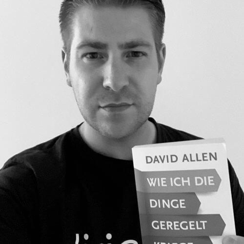 Sascha Böhr mit dem Buch von David Allen